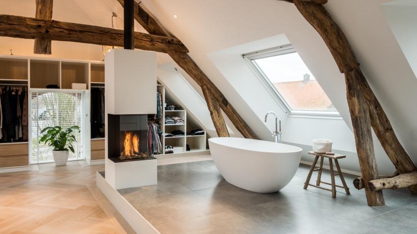 Elegancki pokój kąpielowy z kominkiem na poddaszu - zdjęcie w serwisie Lovingit.pl (52159)