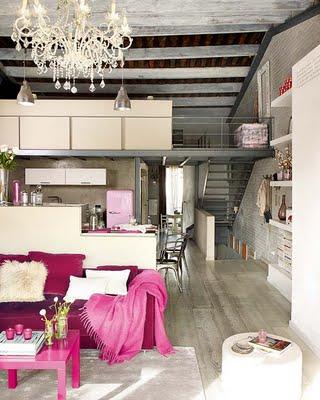 Sofa W Kolorze Fuksji I Różowy Koc I Stolik Zdjęcie W