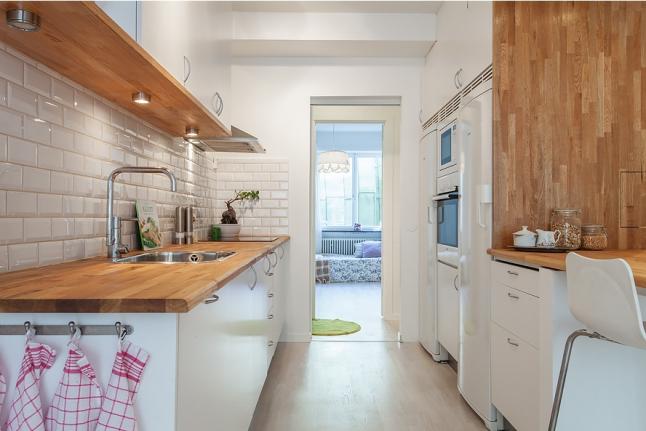 Naturalne Drewno I Białe Płytki W Kuchni Zdjęcie W