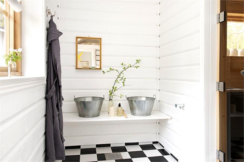 Biała łazienka w wiejskim stylu - zdjęcie w serwisie ...