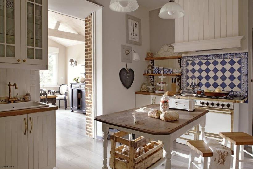 Rustykalna kuchnia z białymi meblami i szafirowo białą   -> Kuchnia Rustykalna Inspiracje