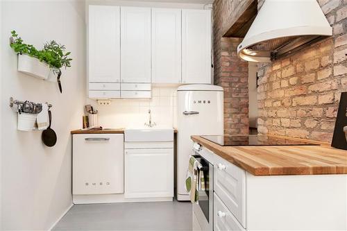 Ściana z cegieł w aranżacji białej kuchni  zdjęcie w   -> Kuchnia Z Cegiel