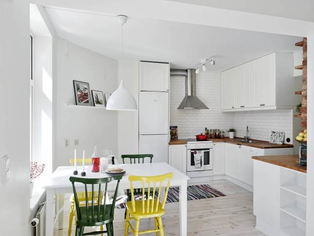 Biała kuchnia z drewnianym blatem i białym  zdjęcie w   -> Kuchnia Biala Tania