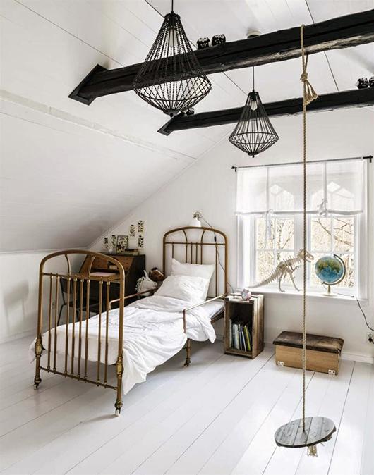 Metalowe łóżko W Białej Sypialni Zdjęcie W Serwisie