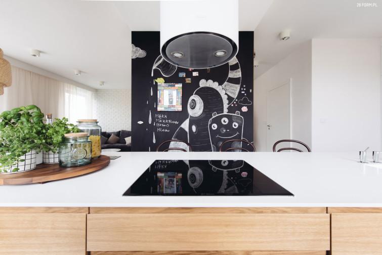 ściana Z Farbą Tablicową W Białej Kuchni Zdjęcie W