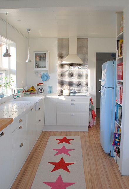 Niebieska Lodówka W Białej Kuchni Z Drewnianą Zdjęcie W