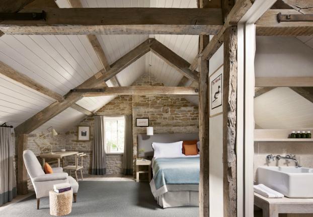 Aranżacja Sypialni W Naturalnym Drewnie I Kamieniu Zdjęcie
