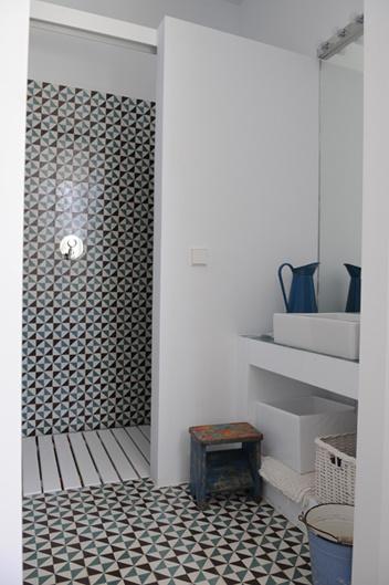 Murowane Białe Półki W łaziencedrewniany Zdjęcie W