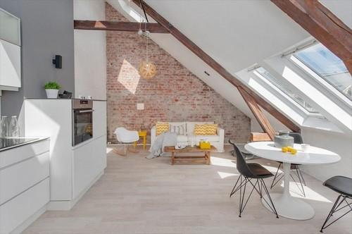 Biała kuchnia w otwrtym widoku z salonem  zdjęcie w  -> Kuchnie Na Poddaszu Z Jadalnia
