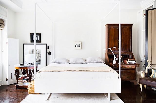 Biała sypialnia z zabytkowymi meblami - zdjęcie w serwisie Lovingit.pl (50682)
