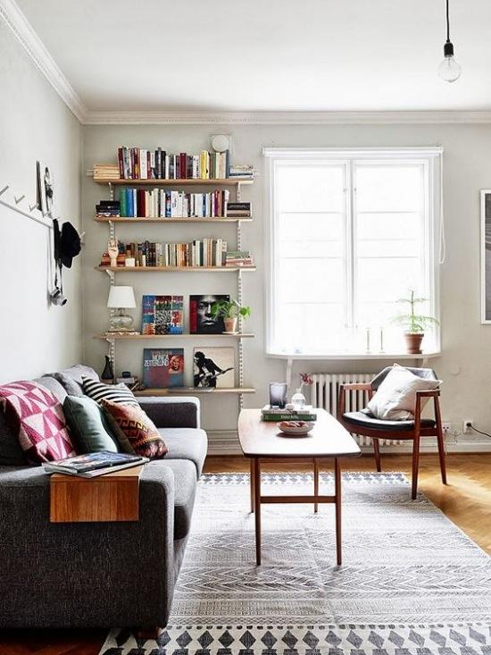 Minimal Mens Living Room Decorating Ideas: Otwarte Półki Na Książki W Wysokim Salonie