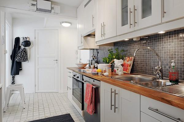 Drewniany Blat W Białej Kuchni Zdjęcie W Serwisie Lovingit