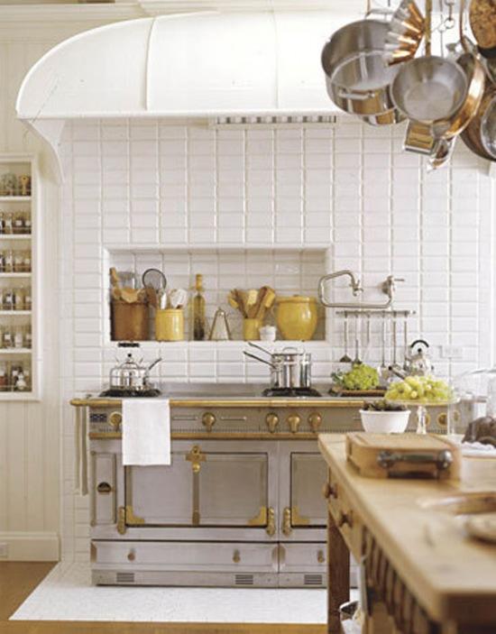 Klasyczna biała kuchnia włoska z drewnianą  zdjęcie w