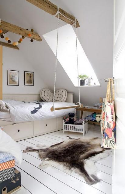 Drewniane belki na poddaszu pok j dla dziecka zdj cie w for Swing for kids room