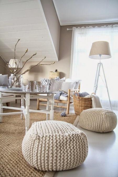 Meble Ogrodowe Okragłe : Dziergane pufy,beżowy dywan z juty,drewniany  zdjęcie w serwisie
