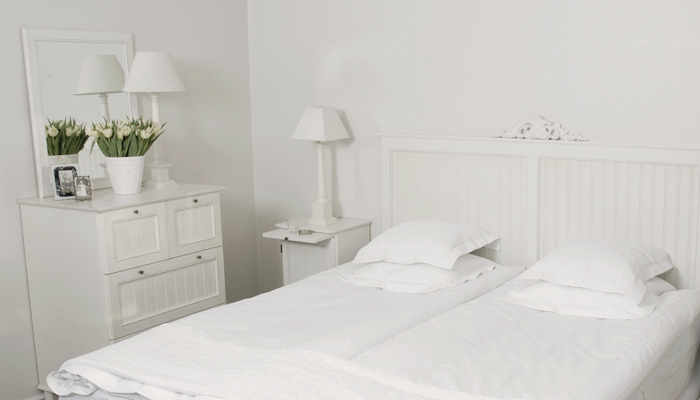 Białe Meble I Dekoracje Skandynawskie W Sypialni Zdjęcie W