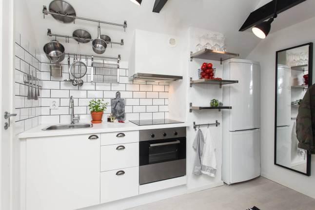 metalowe p243�ki i relingi w bia�ej kuchni zdjęcie w