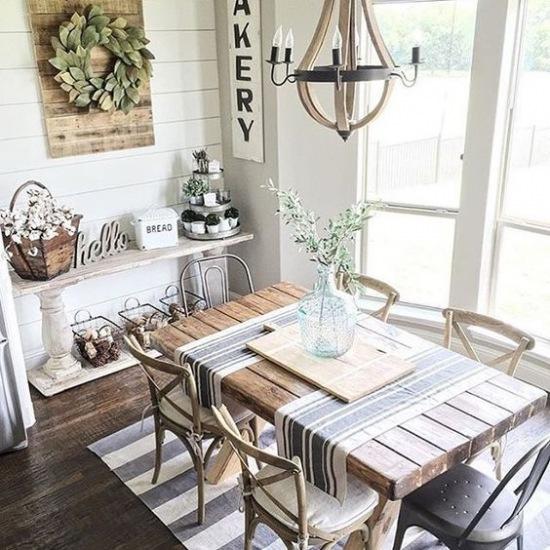 Drewniany Stół I Podłoga Z Desek W Aranżacji