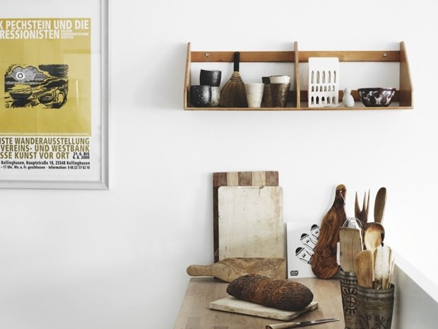 Drewniane Półki łyżki I Metalowe Detale W Kuchni Zdjęcie