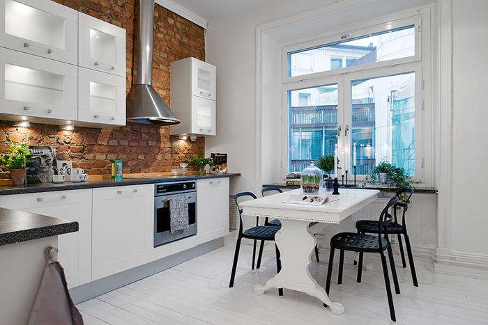 Biała kuchnia ze ścianą z cegły, białymi deskami  zdjęcie w serwisie Lovingi   -> Kuchnia Biel Cegla