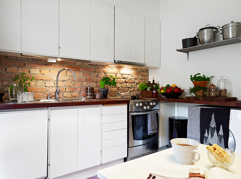 bia a kuchnia z drewnianym blatem zdj cie w serwisie 31024. Black Bedroom Furniture Sets. Home Design Ideas