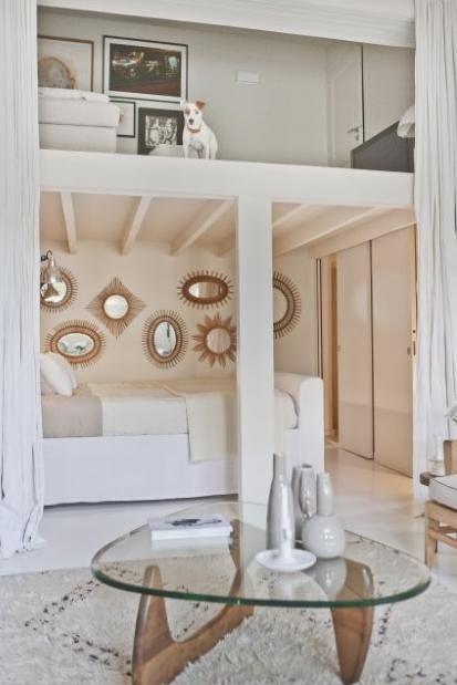 Biało Beżowa Sypialnia Pod Antresolą Z Galerią Zdjęcie W