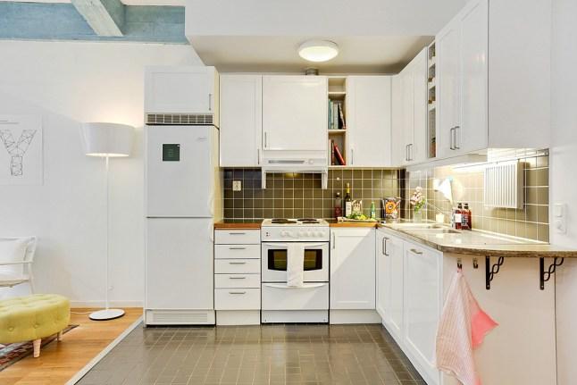 Biała Narożna Kuchnia Z Brązowymi Plytkami Zdjęcie W
