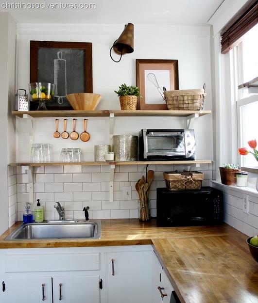 Otwarte Drewniane Półki W Aranżacji Kuchni Zdjęcie W