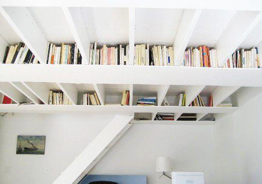 Białe Półki Na Książki Zamontowane Pod Sufitem Zdjęcie W
