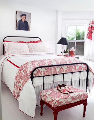 Czarne Kute łóżkoczerwony Puf I Stylowa Zdjęcie W