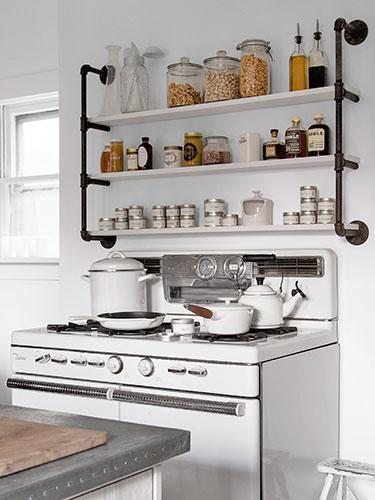 Kuchnia Retro Z Metalowymi Półkami Z Rurek Zdjęcie W