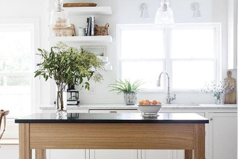 Drewniany Stół Jako Wyspa Kuchenna W Białej Kuchni Zdjęcie