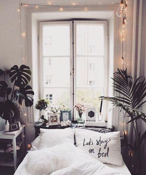 Bardzo Mała Sypialnia Z Dekoracjami W Oknie Zdjęcie W
