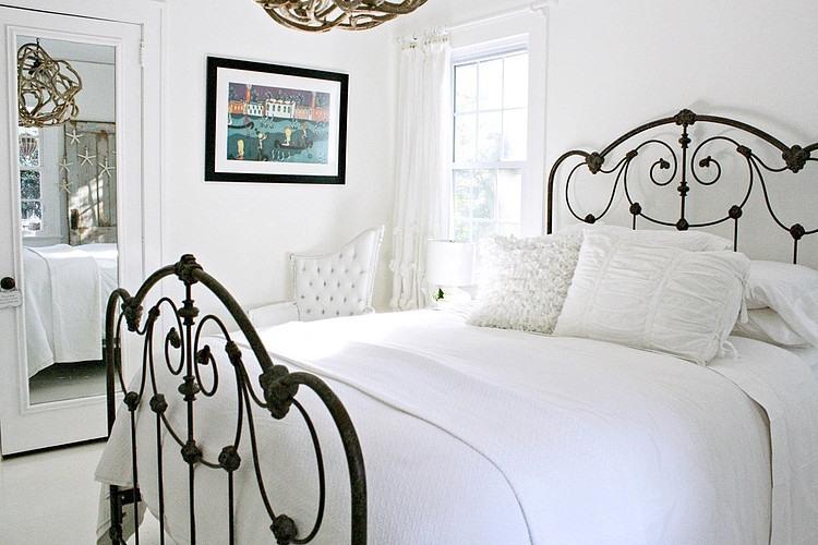 Kute Metalowe łóżko W Białej Sypialni Zdjęcie W Serwisie