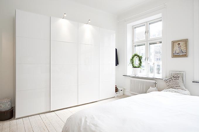 Biała Garderoba Na Całą ścianę W Sypialni Zdjęcie W