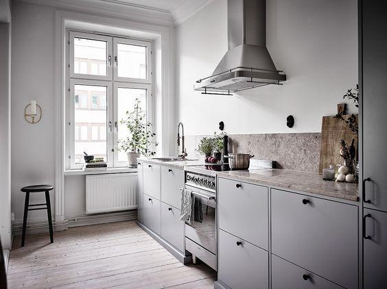 Szara Kuchnia Z Bieloną Podłogą Z Drewna Zdjęcie W