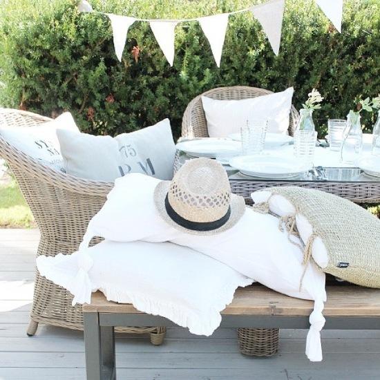 Wiklinowe i bambusowe meble ogrodowe,białe girlandy z proporczyków
