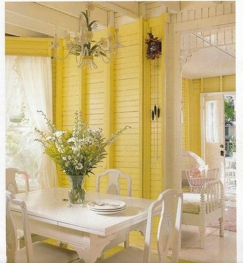 żółta Boazeria Na Scianie W Rustykalnej Kuchni Zdjęcie W