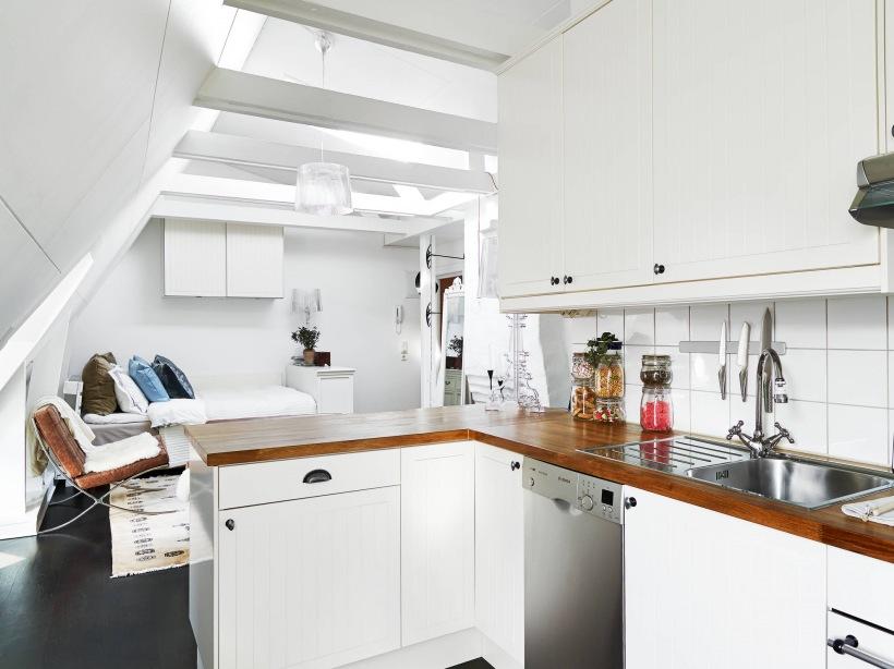Biała kuchnia z drewnianymi blatami w otwartej  zdjęcie w   -> Kuchnia Polowa Wymogi Sanepidu