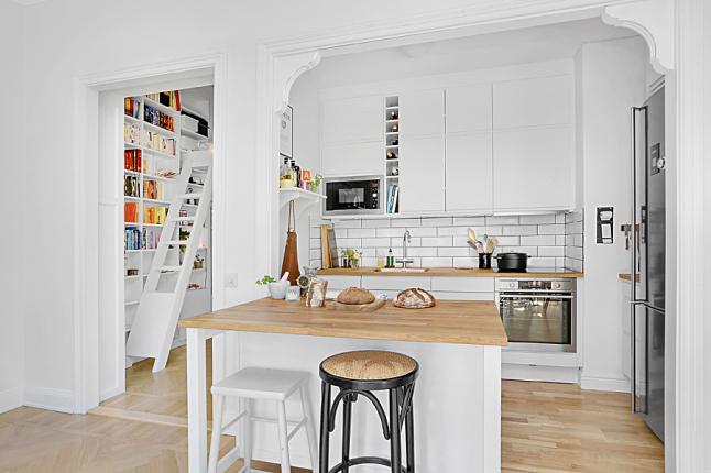 Otwarta biała kuchnia skandynawska z kuchenną  zdjęcie w serwisie Lovingit p   -> Kuchnia Skandynawska Inspiracje