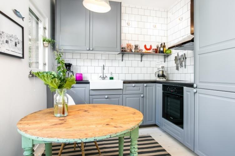 Jak zaaranżować szara kuchnię z czarnym blatem i białymi kafelkami? -> Kuchnia W Kolorze Mietowym