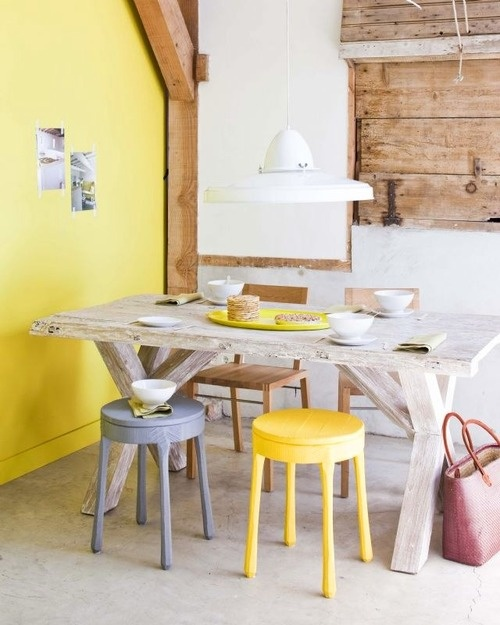 żółta ściana I Taboret W Aranżacji Skandynaskiej Zdjęcie W