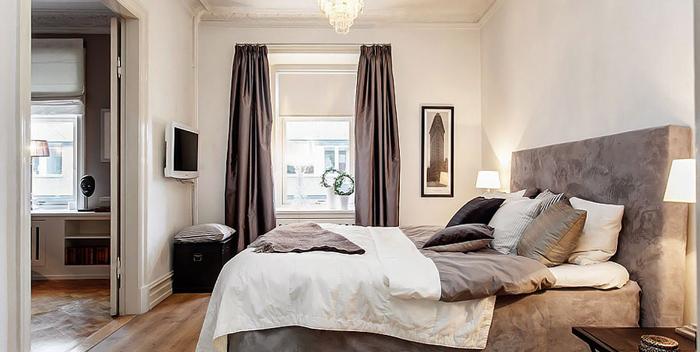 Zasłony I łóżko W Kolorze Cappuccino W Białej Zdjęcie W