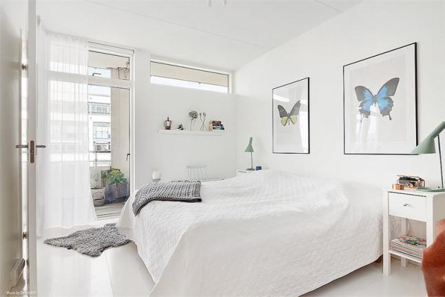 Plakaty Z Motylami W Dekoracji Białej Sypialni Zdjęcie W