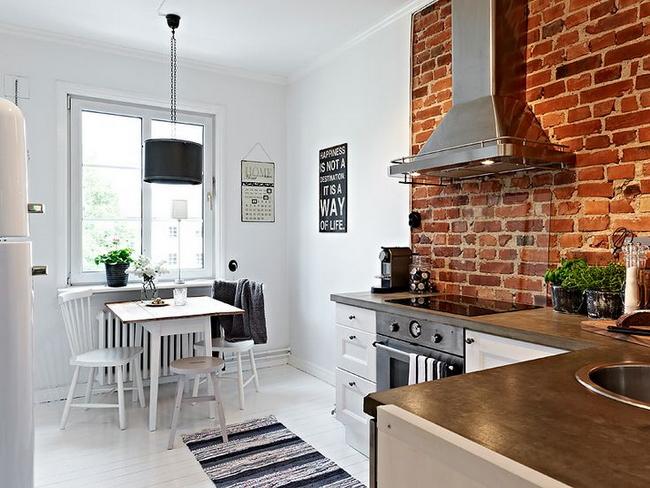 Biała Kuchnia Z Czerwoną Cegłą Na ścianie Zdjęcie W