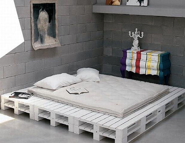 Podstawa I Ramy łóżka Z Białych Drewnianych Zdjęcie W