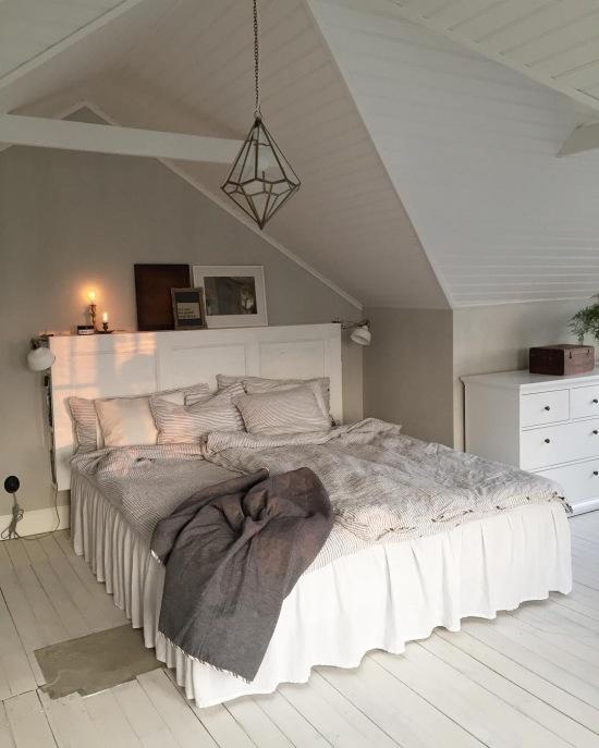 Szara sypialnia na poddaszu z eleganckimi - zdjęcie w serwisie Lovingit.pl (51665)