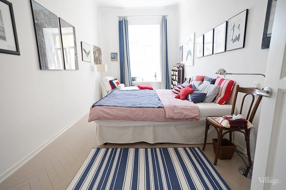 Czerwone I Granatowe Dodatki W Białej Sypialni Zdjęcie W
