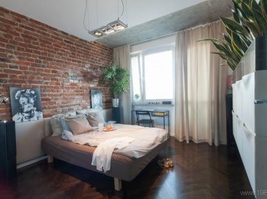Sypialnia z łóżkiem z białym wezgłowiem i napisem love