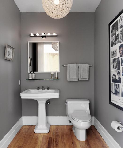 Aranżacja Szarej łazienki Z Drewnianą Podłogą Zdjęcie W